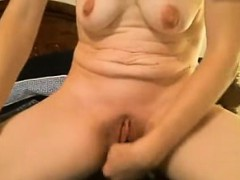 Saggy tit milf masturbates her pussy with dildo