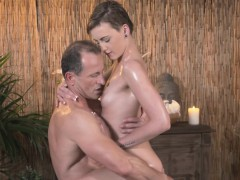 Horny masseur bangs sexy babe