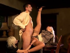 Hot babe widens legs wide and fucks herslef with a vibrator