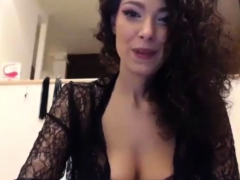 Sexy bombshell with hairy pussy has orgasm on webcam