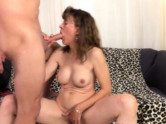 Sexy mature woman shows her tits and pussy and start